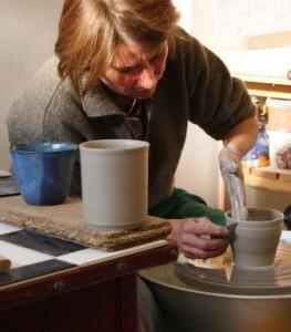 Nanni Brücker à l'Atelier Tourne La Terre en train de tourner